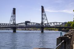 Hawthorne Bridge op Recent Sunny Summer Afternoon op de Willamette-Rivier in Portland Oregon stock foto