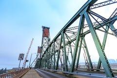 Hawthorne Bridge på den Willamette floden i i stadens centrum Portland Arkivbild
