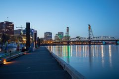 Hawthorne Bridge på den Willamette floden på natten i i stadens centrum Portland Arkivbilder
