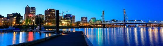 Hawthorne Bridge på den Willamette floden på natten i i stadens centrum Portland Royaltyfria Foton