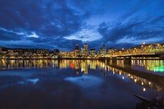 Hawthorne Bridge till Portland som är i stadens centrum på den blåa timmen Arkivbild