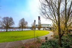 Hawthorne Bridge und der Willamette-Fluss am Ufergegendpark stockbild