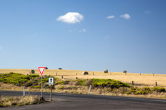 Hay на поле дорогой в Австралии Стоковые Фотографии RF