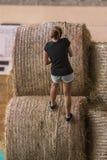 Hay Bale Obstacle Running Contest d'intérieur : Balle de montée de personnes avec la corde photos libres de droits