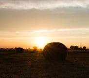 Hay Bales Against la puesta del sol Imágenes de archivo libres de regalías