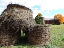 Hay Bales en Schuur Stock Foto's