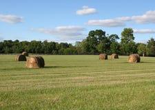 Hay Bales mit schönem Himmel in Mittelwesten, USA Lizenzfreie Stockbilder
