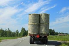 Hay Bales Transport en el tractor remolque Fotografía de archivo libre de regalías