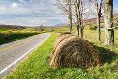 Hay Bales vid en ståndsmässig väg arkivfoto