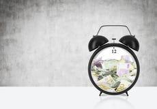 Hay cuentas EURO dentro del despertador que está en la tabla El concepto de 'el tiempo es oro' y una gestión de tiempo ilustración del vector