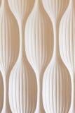 Hay decoración linear del yeso en la pared blanca Foto de archivo