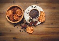 Hay galletas, caramelo, guisantes del chocolate, amapola; El platillo y el casquillo con Coffe, comida dulce sabrosa en el fondo  Fotografía de archivo libre de regalías