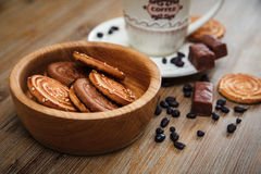 Hay galletas, caramelo, guisantes del chocolate, amapola; Platillo y casquillo con Coffe, comida dulce sabrosa de la porcelana en Fotos de archivo