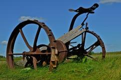 Hay Mower Antique nel campo immagini stock libere da diritti