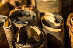 Hay muchos rollos de papel marrones imagen de archivo libre de regalías