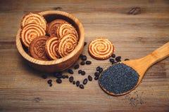 Hay pedazos de rollo con la semilla de amapola, galletas, Halavah, guisantes del chocolate, comida dulce sabrosa en el fondo de m Fotos de archivo libres de regalías