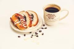 Hay pedazos de rollo con la semilla de amapola y de leche condensada, guisantes del chocolate, casquillo de Coffe; Comida dulce s Imágenes de archivo libres de regalías