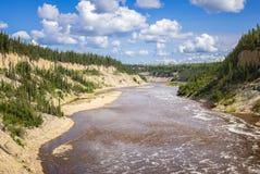 Hay River bekow Louise Falls Arkivbilder