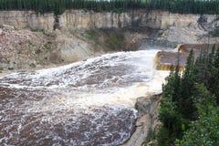 Hay River Louise Falls in de Tweeling valt Kloof Territoriaal Park, Noordwestengebieden, NWT, Canada royalty-vrije stock foto's