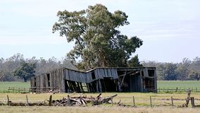 Hay Shed Falling Down After-Orkaan stock fotografie