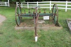 Hay Tedder - coltivando lavorare visualizzato al villaggio di Amish Fotografia Stock Libera da Diritti