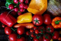 Hay verduras frescas clasificadas en la tabla Fotografía de archivo libre de regalías