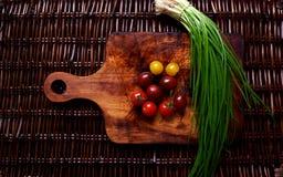 Hay verduras frescas en la rota de la tabla foto de archivo libre de regalías