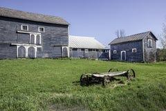 Hay Wagon idoso e celeiros clássicos Fotografia de Stock