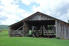 Hay Wagon Shed mit Traktor Lizenzfreies Stockfoto