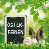 Haya feliz Osterferien de los oídos de las liebres de la pizarra de los huevos de Pascua Imágenes de archivo libres de regalías