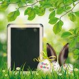 Haya feliz Ostern de los oídos de las liebres de la pizarra de los huevos de Pascua Foto de archivo libre de regalías