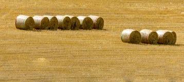Haybales isolou-se em um campo de milho imagens de stock