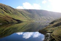 Hayeswater, Hautpstraße und Reflexionen, Cumbria Großbritannien lizenzfreies stockbild