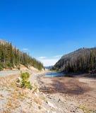 Hayfield dell'alfalfa e giacimento di grano nell'ambito dei cumuli nel Wyoming fotografia stock libera da diritti