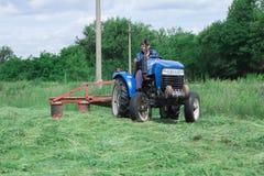 Haymaking в деревне стоковое изображение