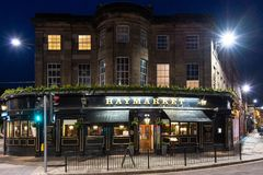 Haymarket bar i Edinburg på natten Royaltyfri Bild