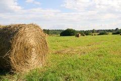 Hayrick auf Feld in der Erntezeit Stockfotos