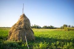 Haystack в поле стоковая фотография