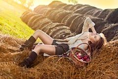 haystack корзины яблока много женщина стоковое изображение