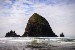 Haystack skała, działo plaża, Oregon obrazy stock