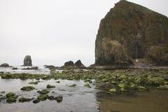 Haystack skała przy działo plażą z Mechatymi skałami zdjęcia royalty free
