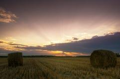 haystacks Заход солнца на поле стоковая фотография