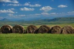 Haystacks en las montañas imagen de archivo