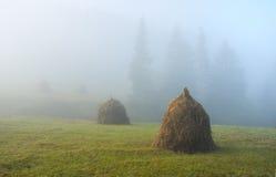 Haystacks, mañana brumosa Fotografía de archivo libre de regalías