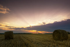 haystacks Por do sol no campo fotografia de stock