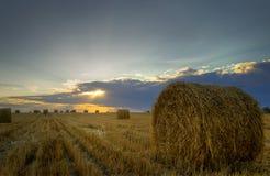 haystacks Por do sol no campo fotografia de stock royalty free