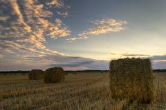 haystacks Por do sol no campo imagem de stock