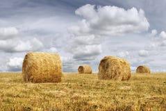 Haystacks y cloudscape Fotografía de archivo