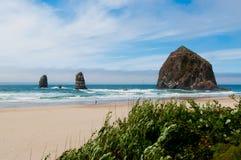 在太平洋海岸,俄勒冈的Haystock岩石 图库摄影