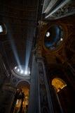 Haz de luz en el altar en la basílica de San Pedro - imagen común Fotografía de archivo libre de regalías